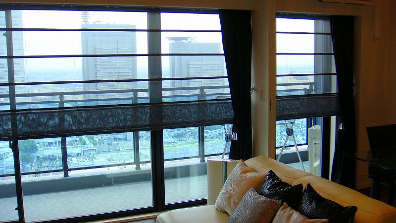 モデルルームの様な男のモダン部屋 黒いカーテン