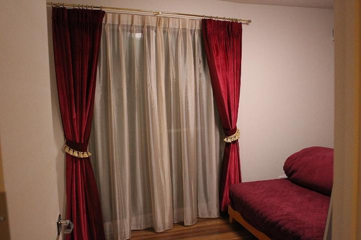 深紅のカーテン ベルベット ゴールドのフリンジ