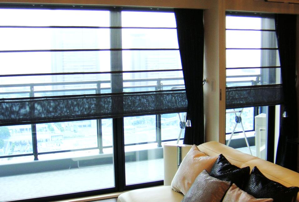 シャープシェード 大きい窓 黒いカーテン