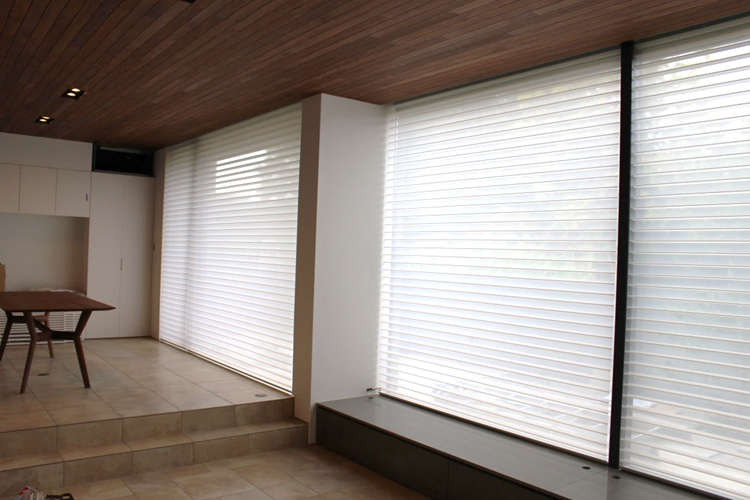 ハンターダグラス シルエットシェード 都会的な窓