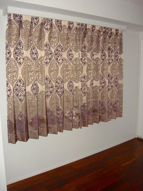 イギリス ダマスク ゴールドとパープルのカーテン