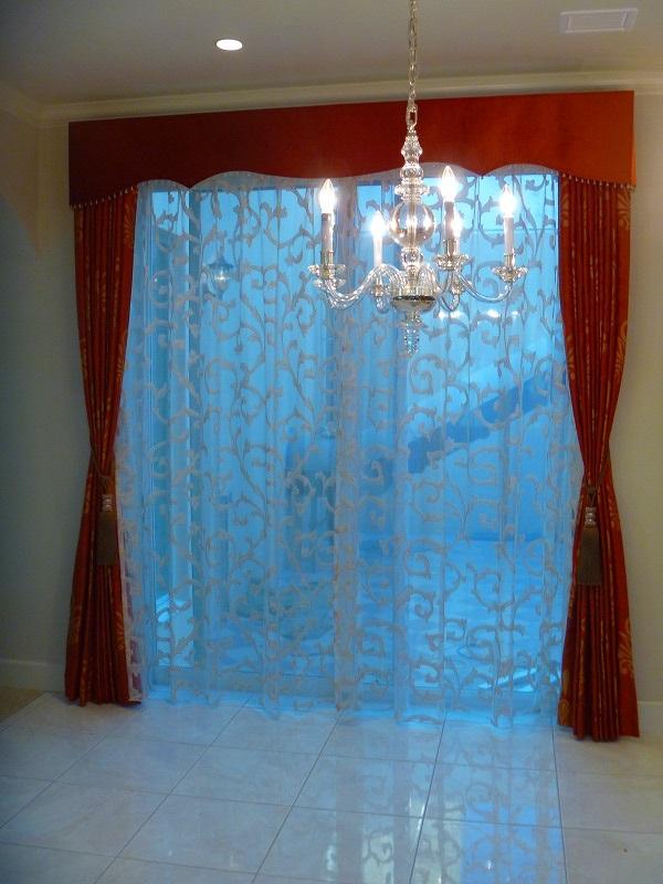 エレガントダイニング オレンジ色のカーテン バランス装飾