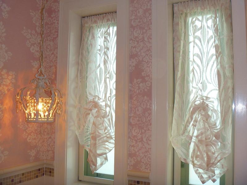 ピンクのレース テニー風 内開き窓のカーテン