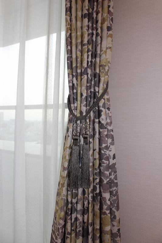 グレーのタッセル 水彩画のようなカーテン 絵のようなカーテン