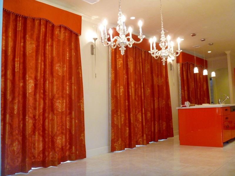 オレンジ色のカーテン バランス エレガントなダイニング