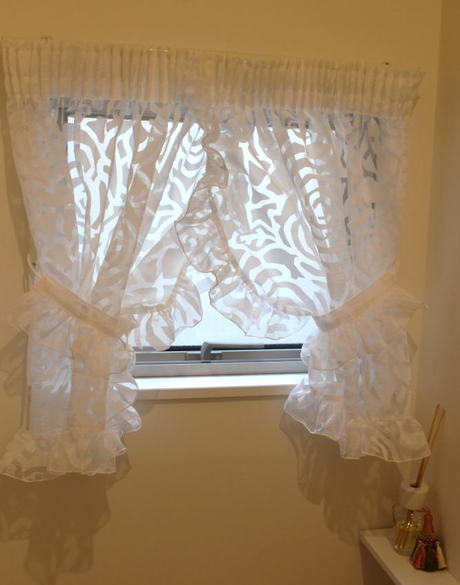 小窓のカーテン クロスオーバースタイル ガーリーなカーテンスタイル