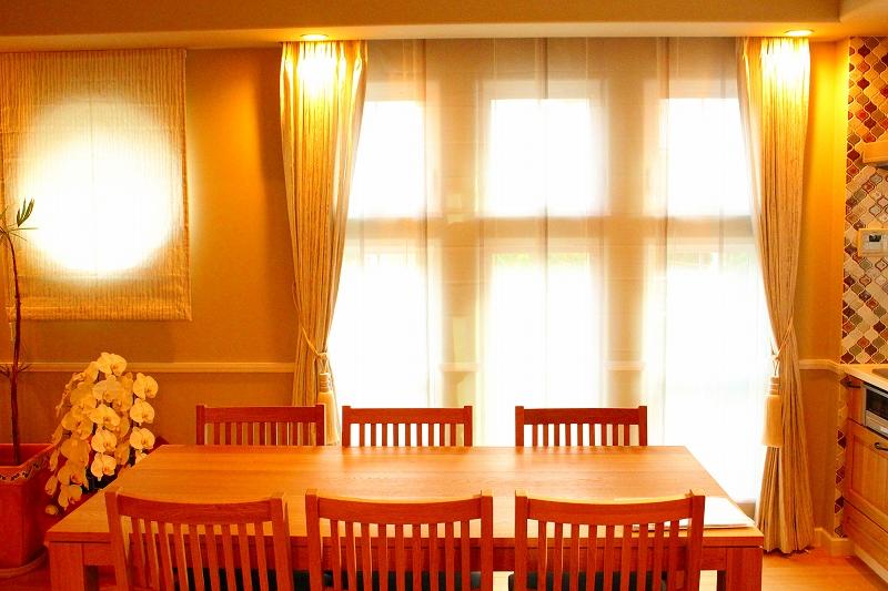 丸窓のカーテン カーテンとシェード ナチュラルなインテリア