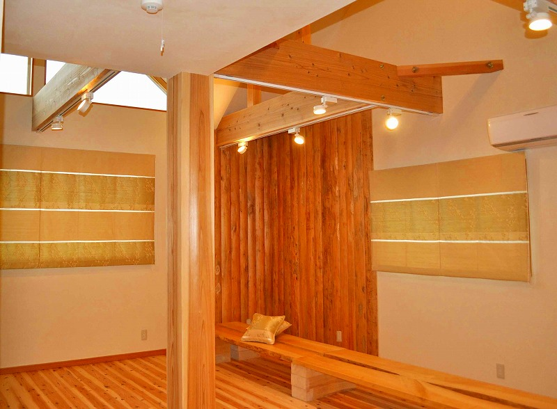 かっこいい壁面つくり 光沢カーテン プレーンシェード