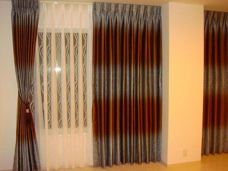 個性的なカーテン 青と茶色