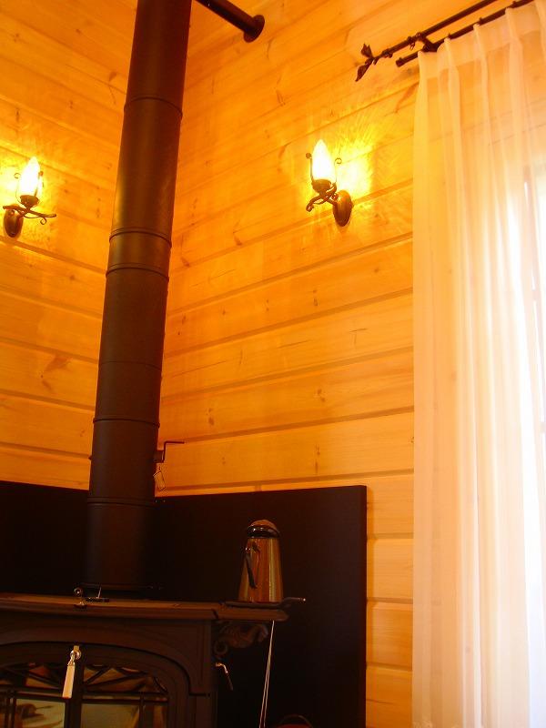 ログハウスのカーテン アイアンレールを使用