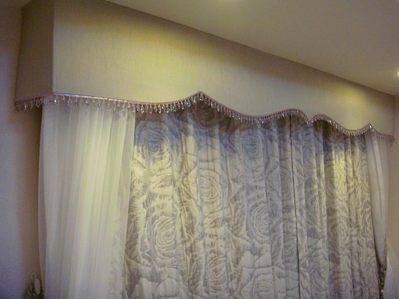 バラ柄 シルバー色のカーテン エレガント