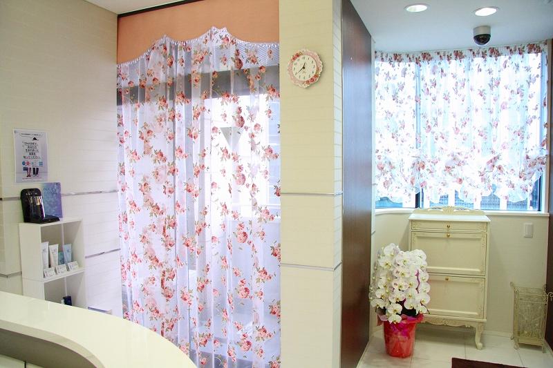 エステサロンのカーテン バラ柄のカーテン カーテンでイメージアップ