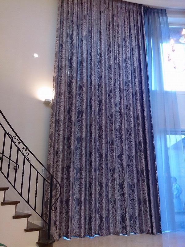 吹き抜け 迫力のあるカーテン ラグジュアリーな窓