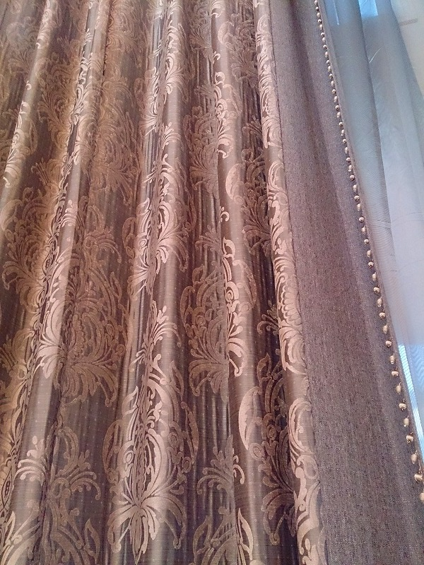 迫力のあるカーテン ラグジュアリーな窓 切り替えデザイン