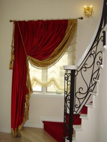 ベルベットのカーテン 赤のベルベット 絵になる窓辺