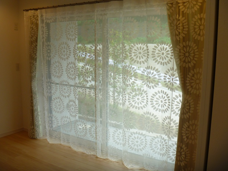 大柄のレース エキゾチックなカーテン 元気の出るカーテン