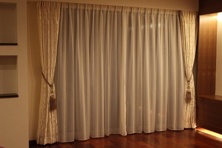イタリア製 白いカーテン ダマスク柄