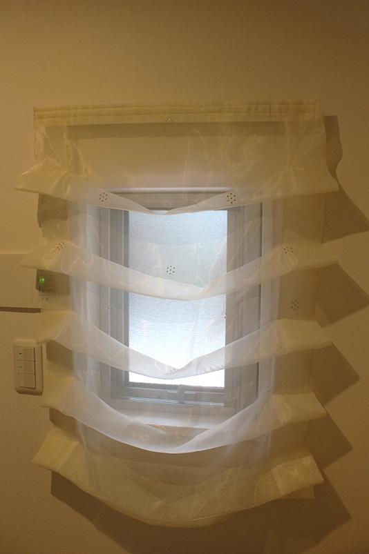 小窓のカーテン 玄関の小窓 ナチュラルオーストリアンシェード