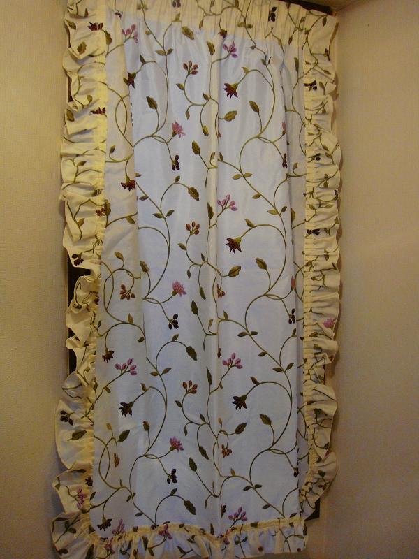 小窓 カントリー フリルのカーテン