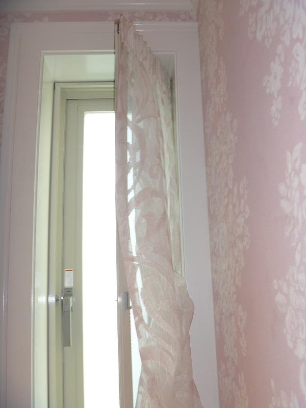 小窓のカーテン ムーススタイル エレガントな小窓