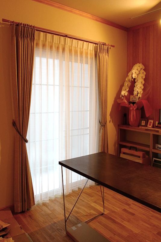 ナチュラルなカーテン グレーのカーテン 木質のレール