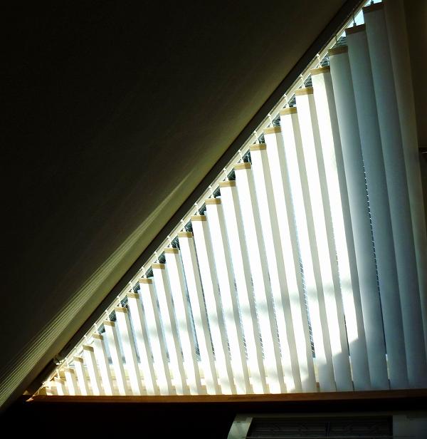 サイレントグリス バーチカルブラインド 傾斜窓